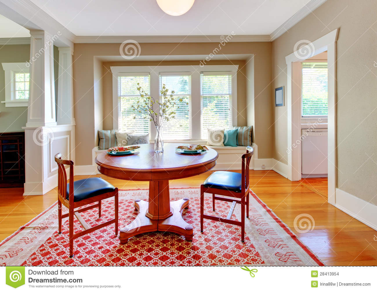 Beautiful Decor Of Dining Room With Beige, Blue And Red