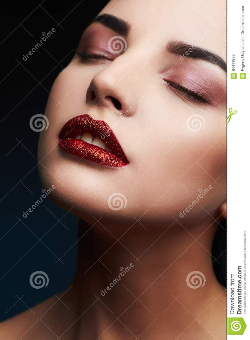 Model Woman Y Beauty Red Lips Makeup