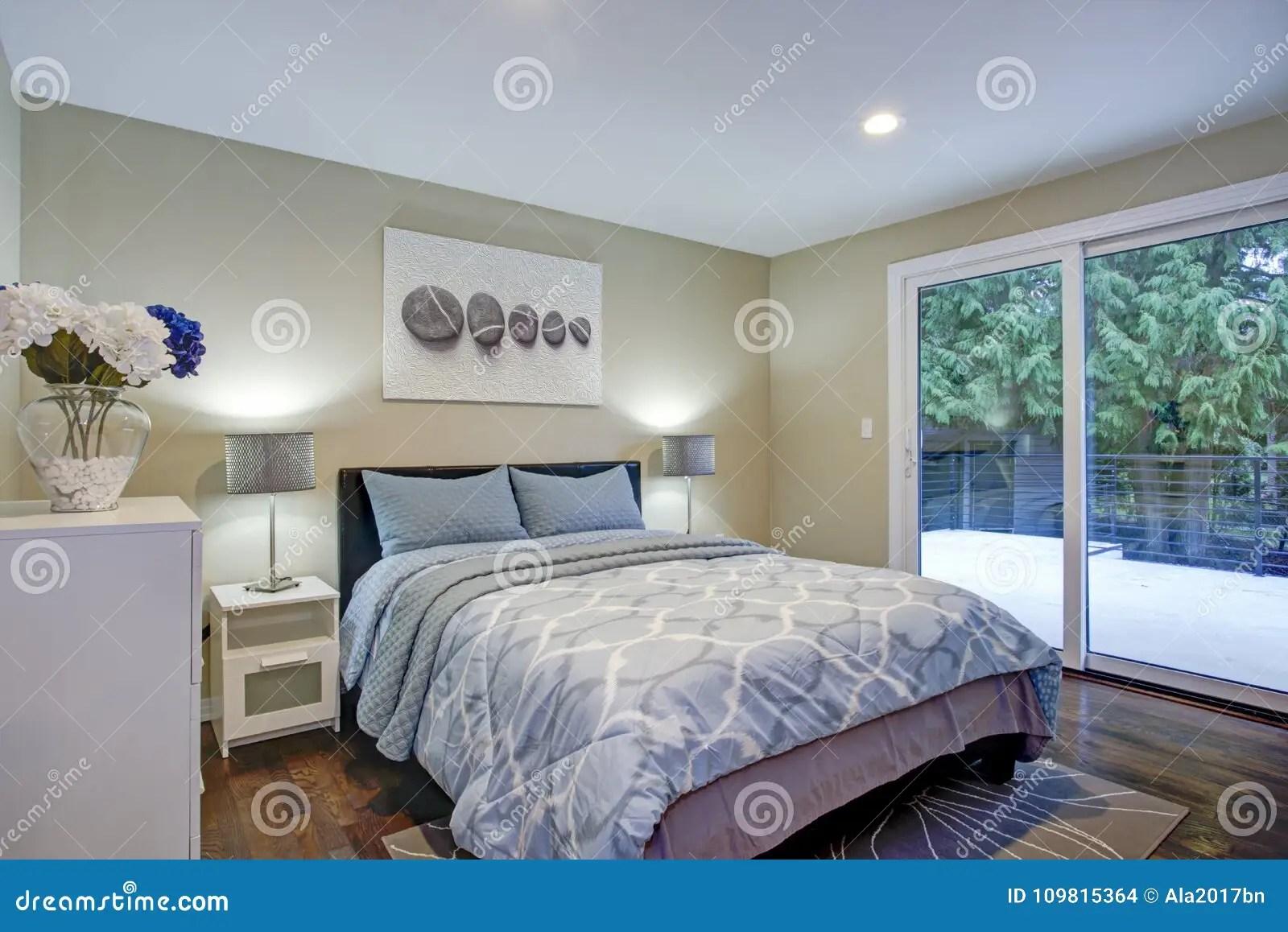 murs de taupe lit bleu photo stock