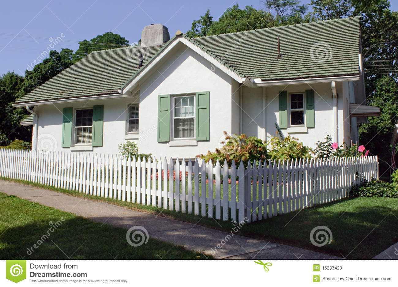 Cottage With Picket Fence Royalty Free Stock Images