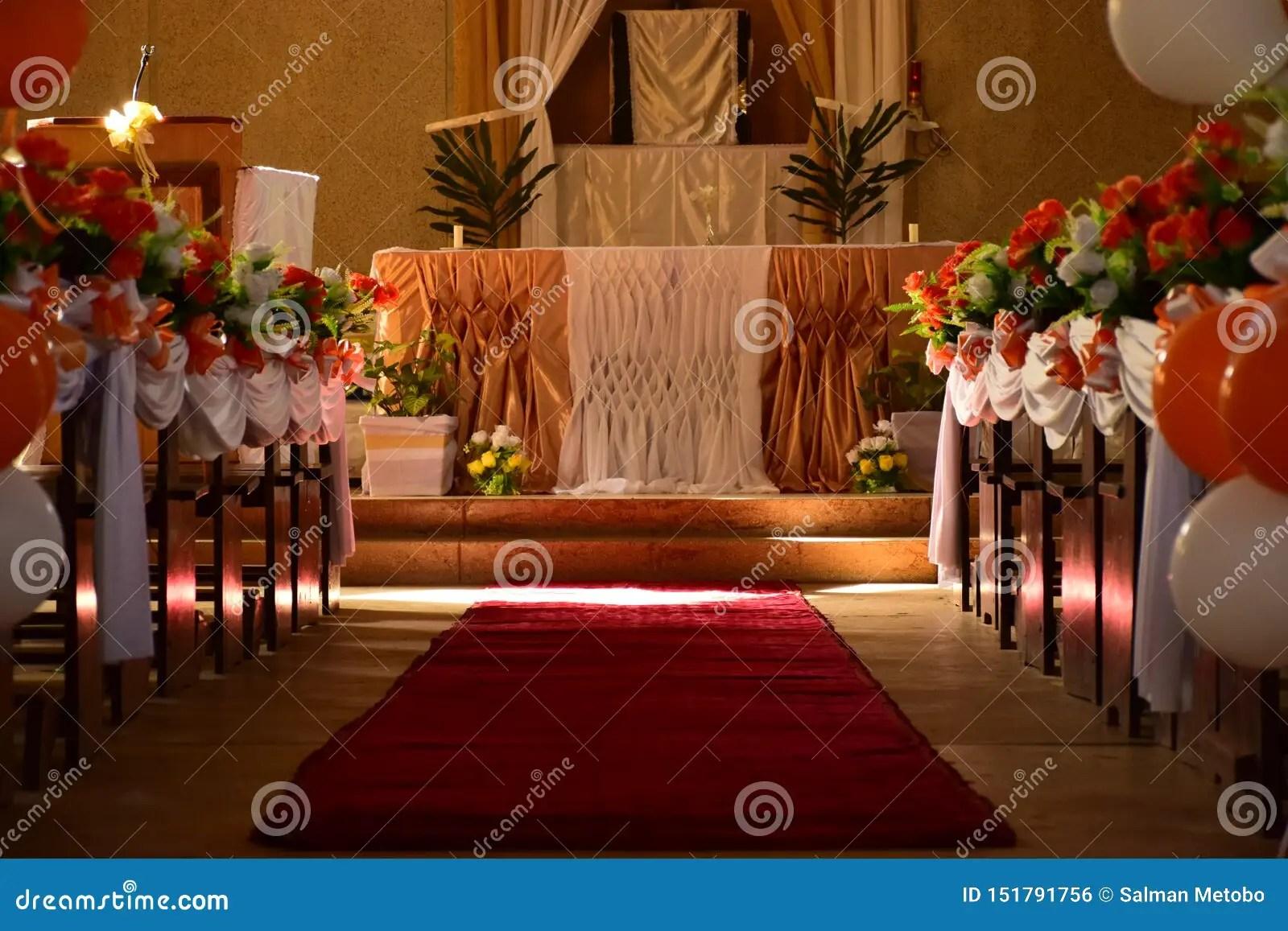 fleurs et des ballons et un tapis rouge