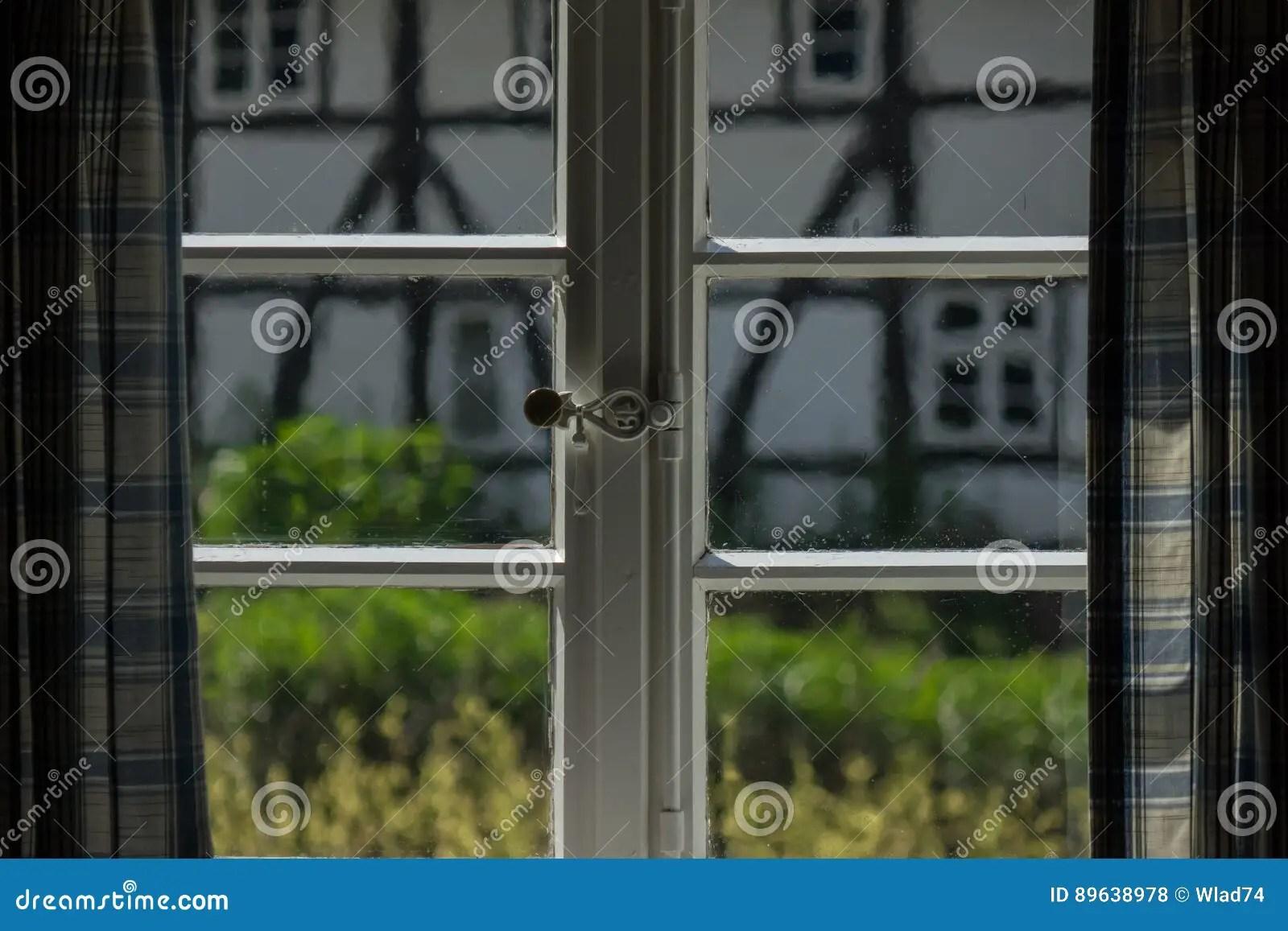 Das Fenster Mit Vorhang Eines Alten Bauernhauses Nach Innen
