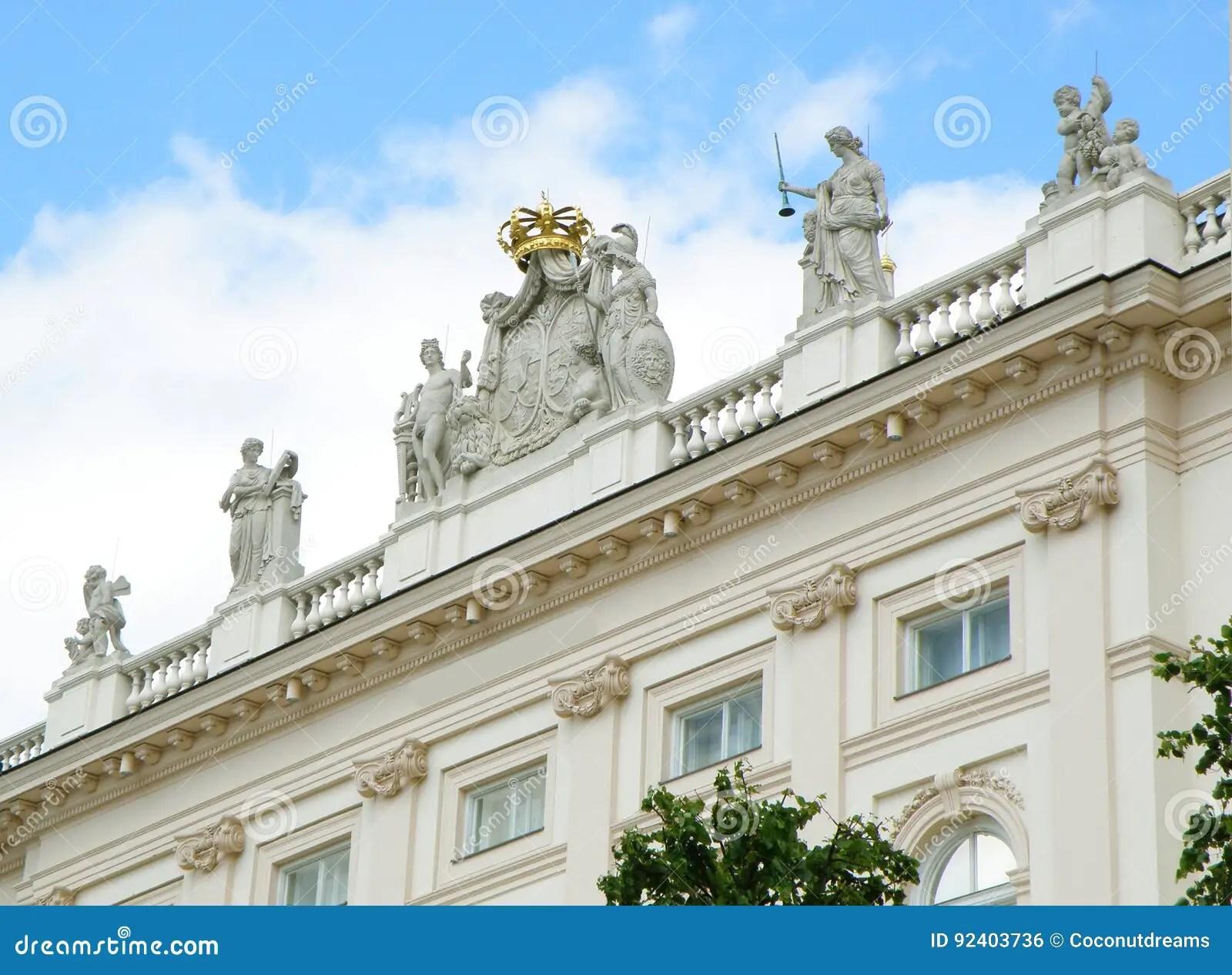 facade renversante avec beaucoup de belles sculptures d un batiment blanc a vienne