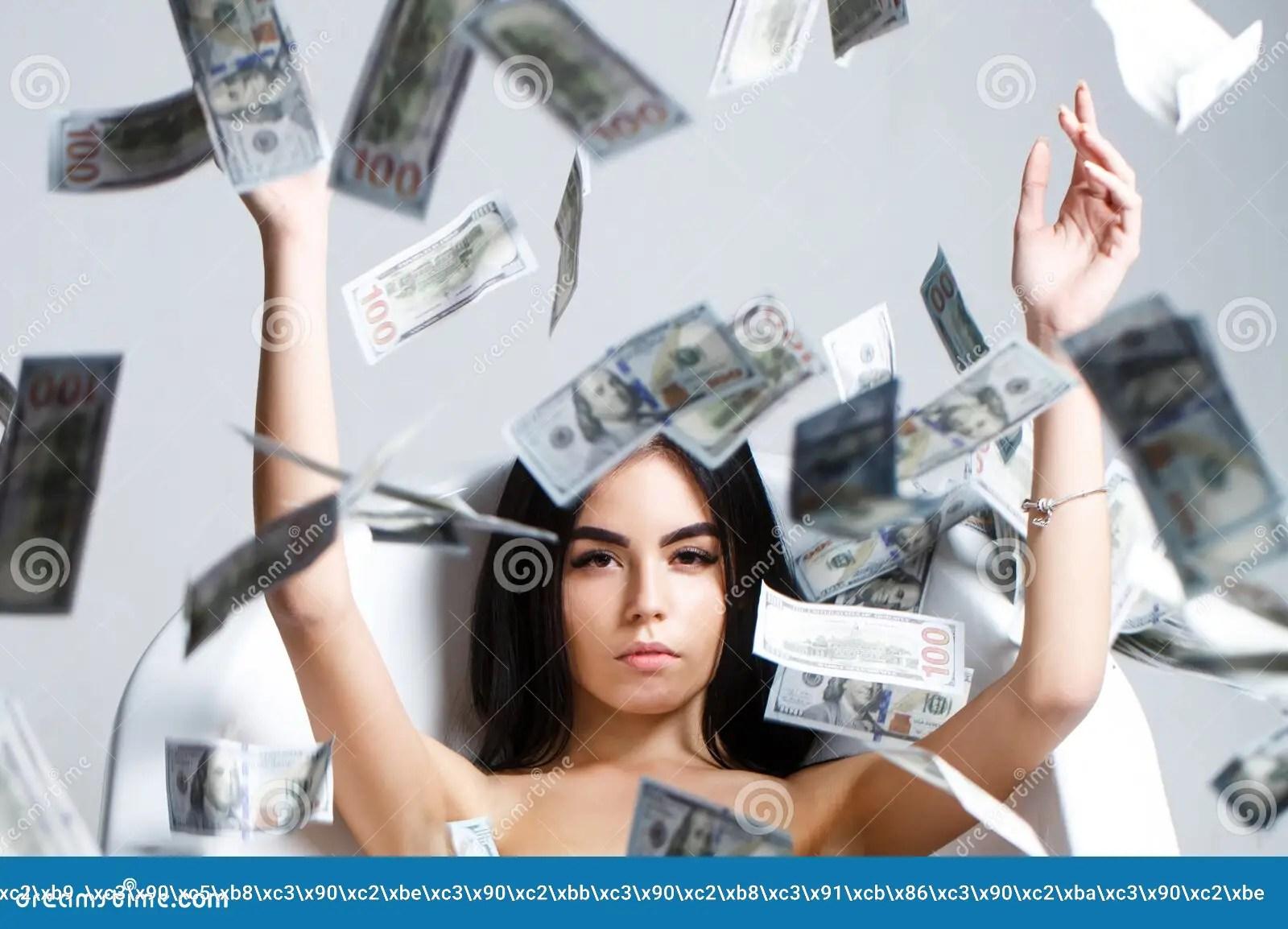 coucher femme sexy allongee en dollars