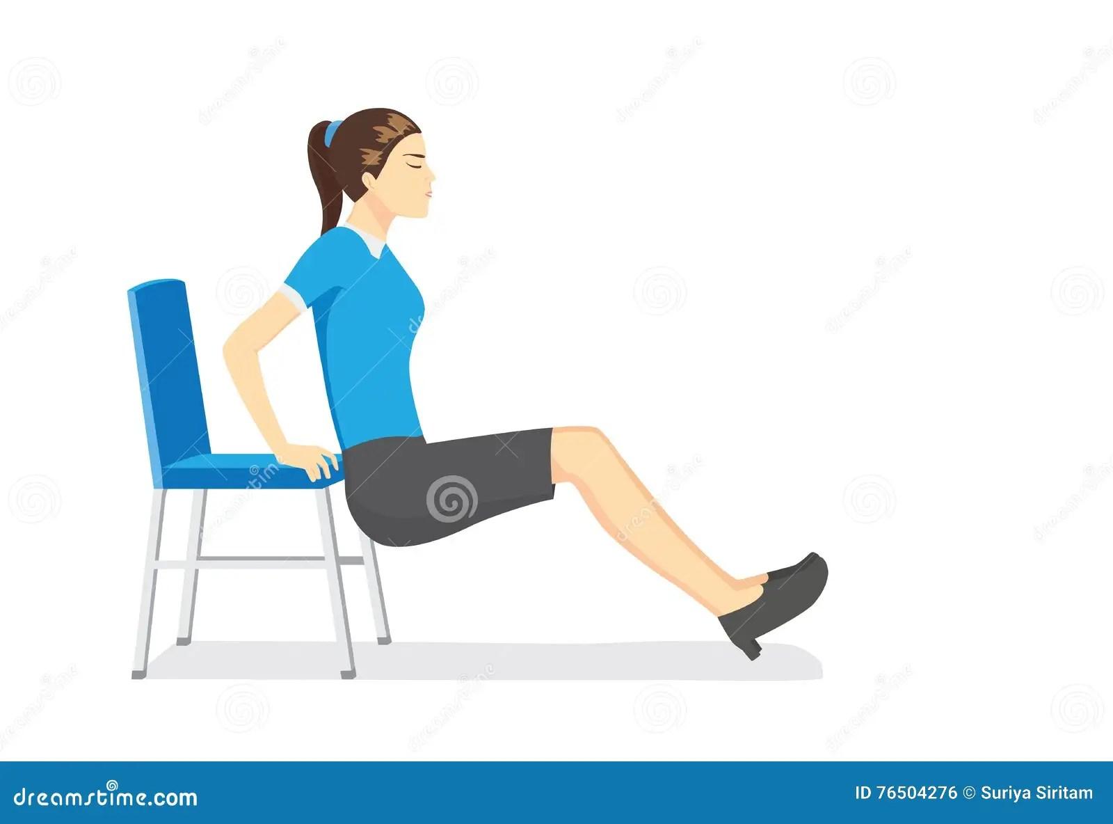 femme faisant le bureau etirant des exercices avec des chaises de bureau