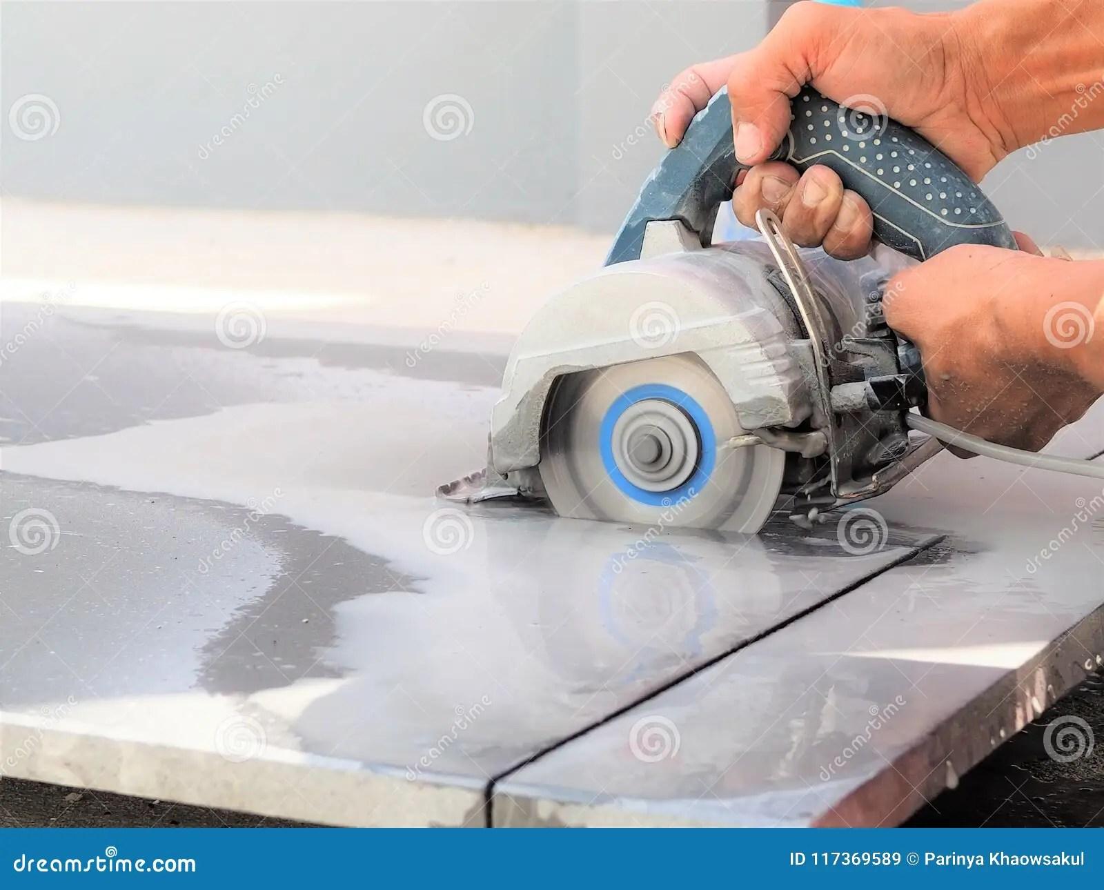 https fr dreamstime com fermez vous vers haut machine sawing humide d utilisation travailleur couper pierre marbre image117369589