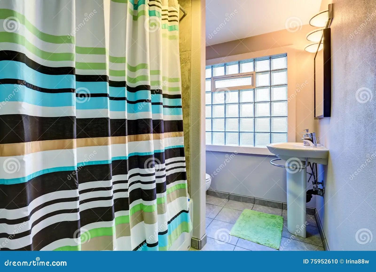 interieur de salle de bains de style ancien avec le rideau depouille colore photo stock image du appartement etage 75952610