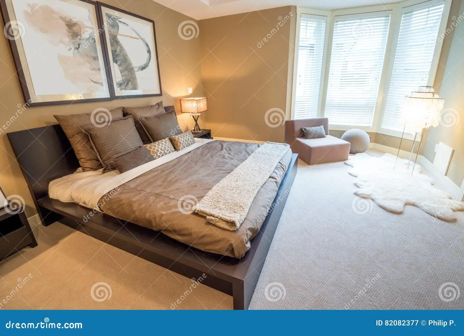 interieur lumineux moderne de chambre a coucher