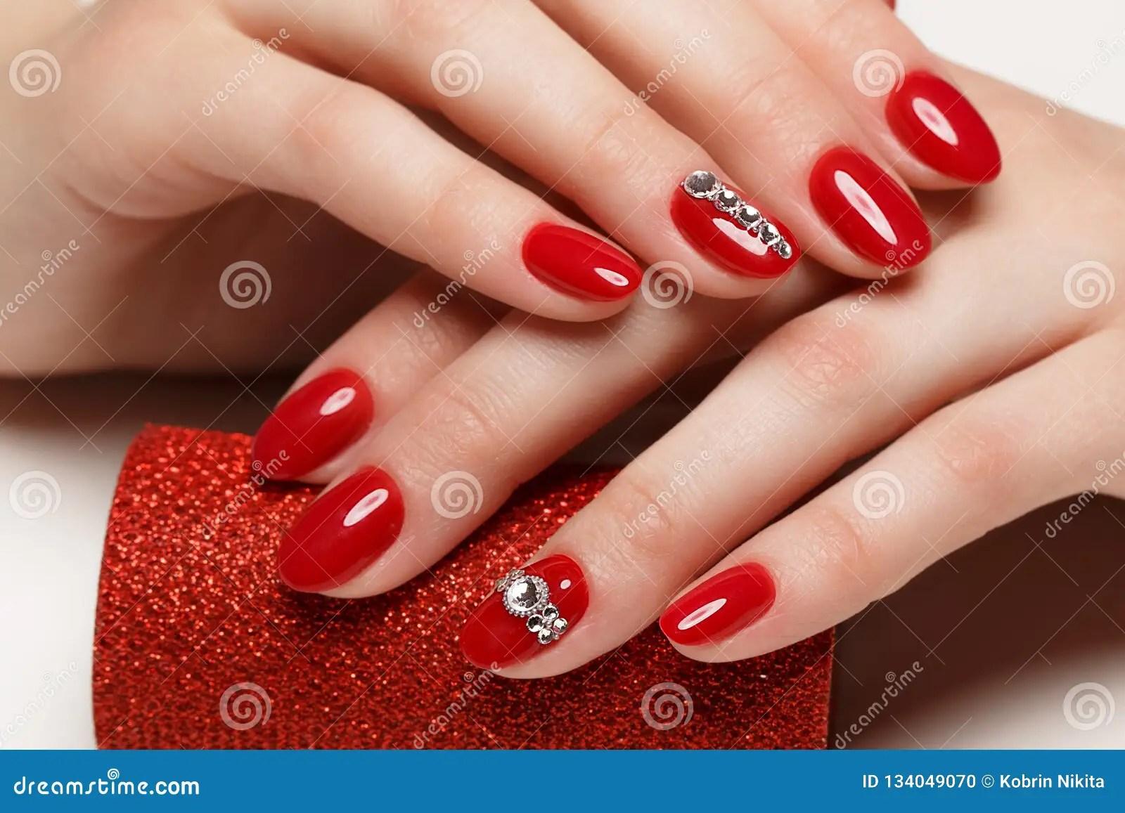 Jaskrawy Swiateczny Czerwony Manicure Zdjecie Stock Obraz
