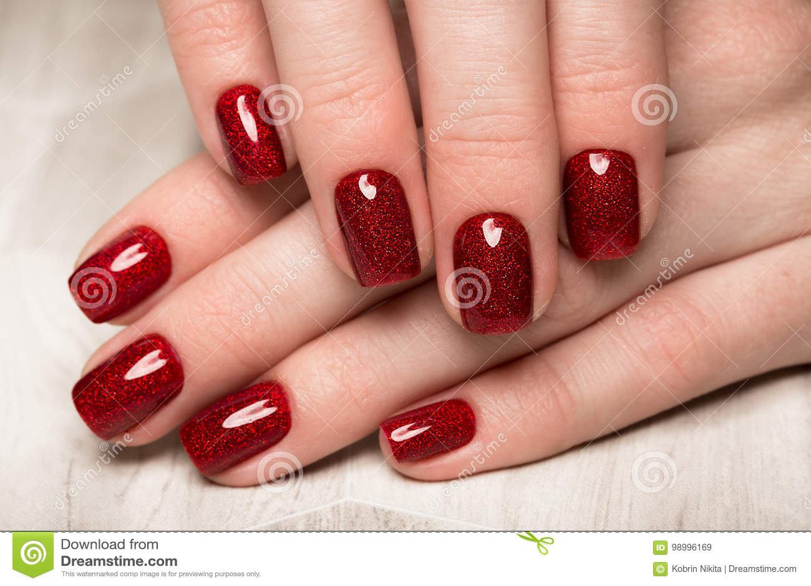 Jaskrawy Swiateczny Czerwony Manicure Na Zenskich Rekach Gwozdzia