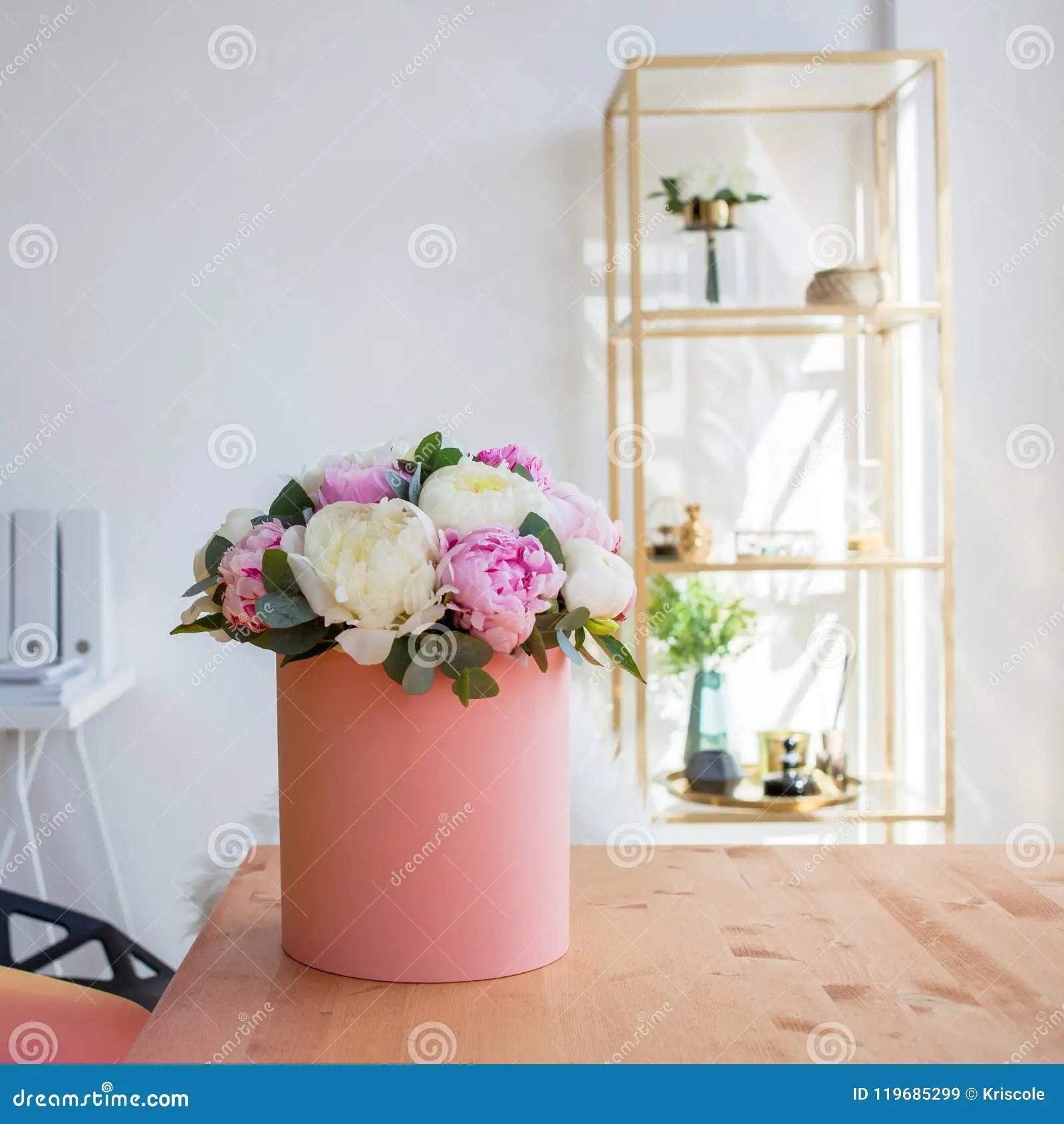 la livraison de fleur au bureau l espace de fonctionnement table avec des carnets et