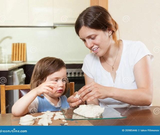 Mom Teaches Malekuyu Girl Sculpt Dough Figurines