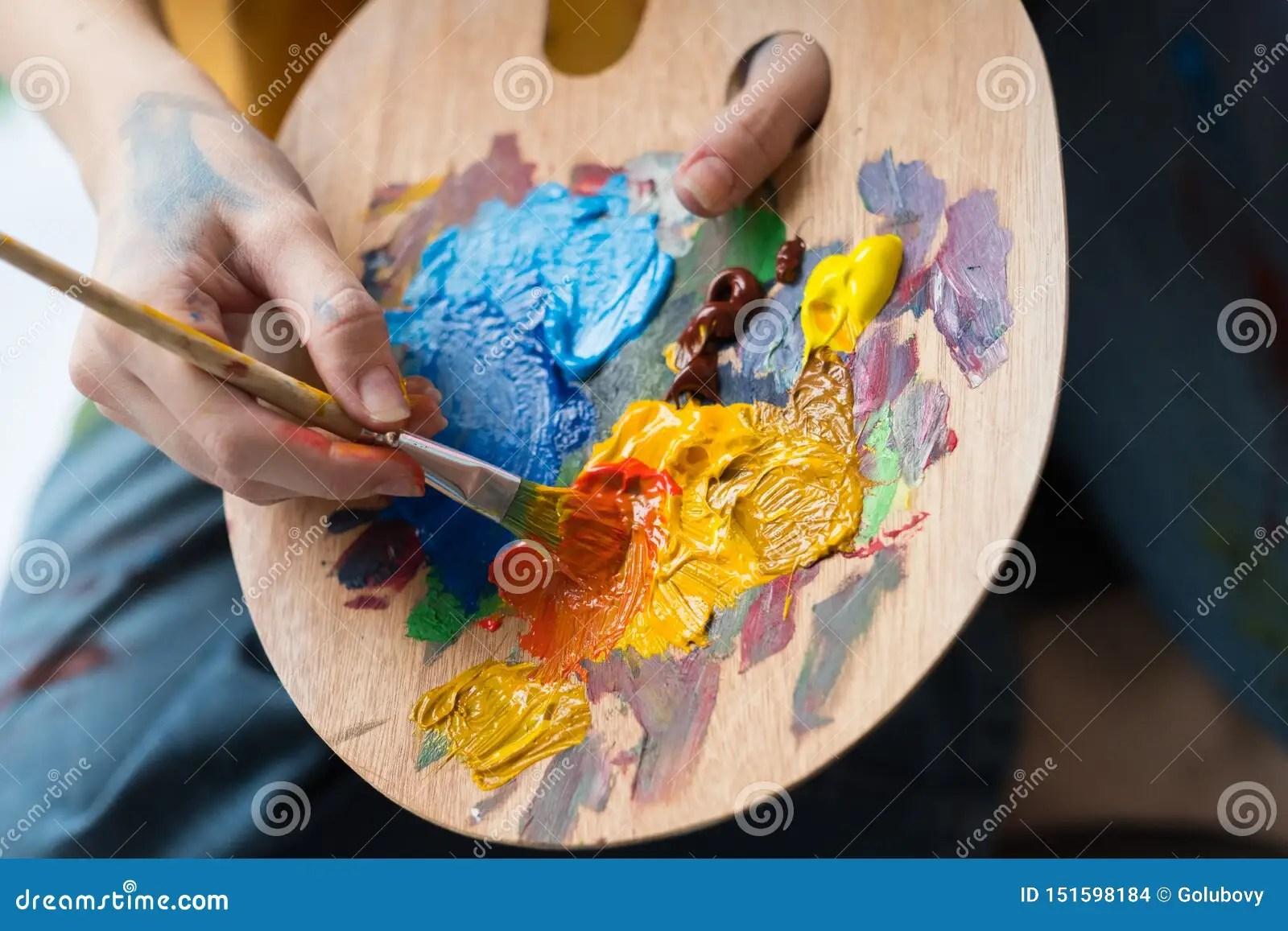 Palette De Peinture Acrylique De Melange D Artiste D Ecole De Beaux Arts Photo Stock Image Du Femelle Adulte 151598184