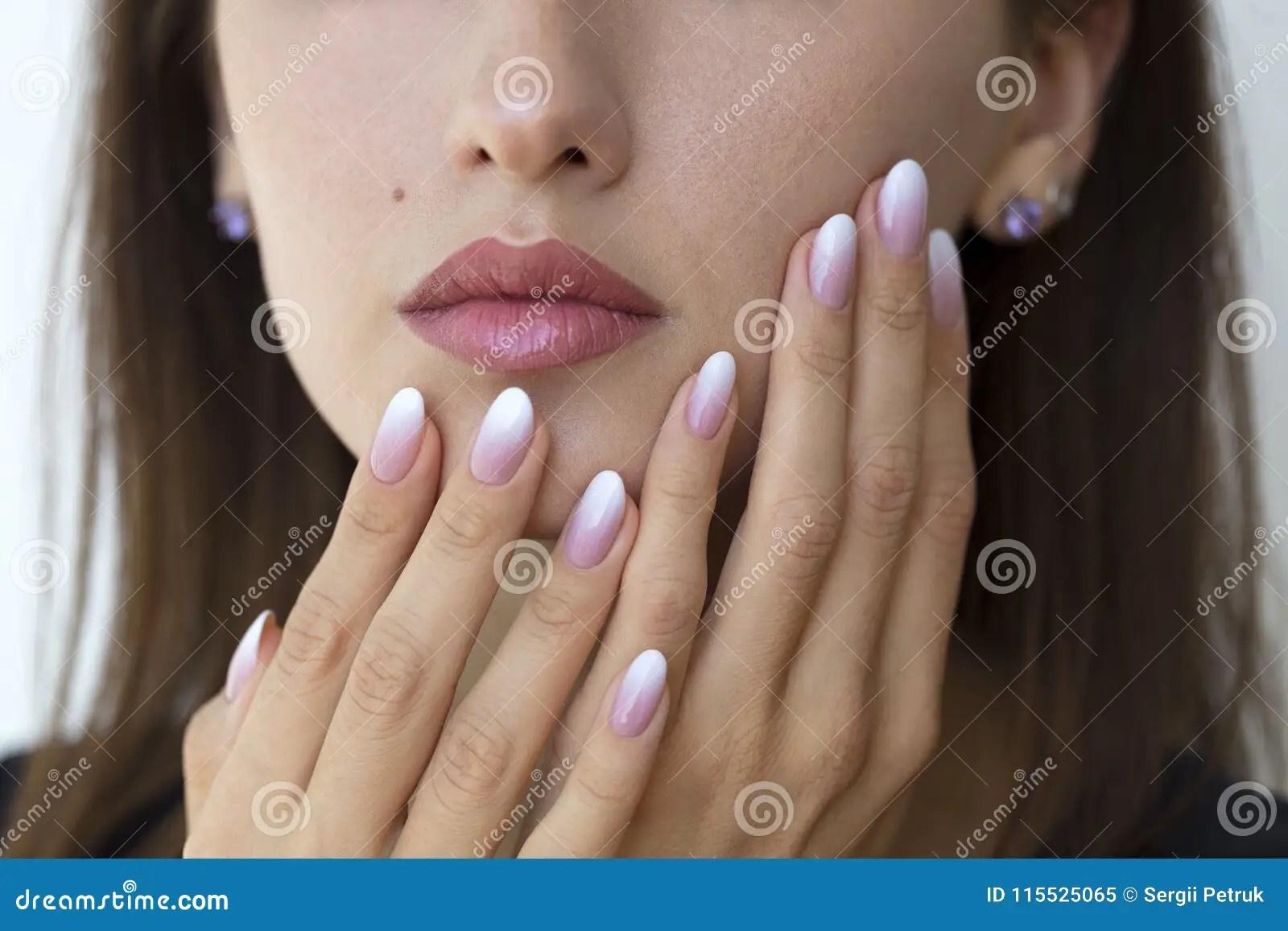 Piekni Kobiety S Gwozdzie Z Pieknym Francuskiego Manicure U