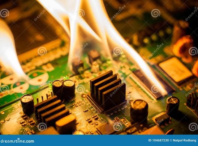 Placa De Circuito Ardente Do Fogo Com Eletrônico Foto de Stock - Imagem de  dispositivo, equipamento: 104687230