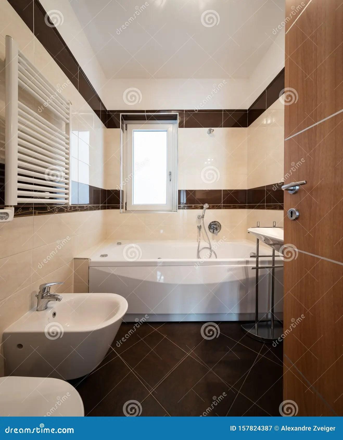 salle de bains avec carrelage marron