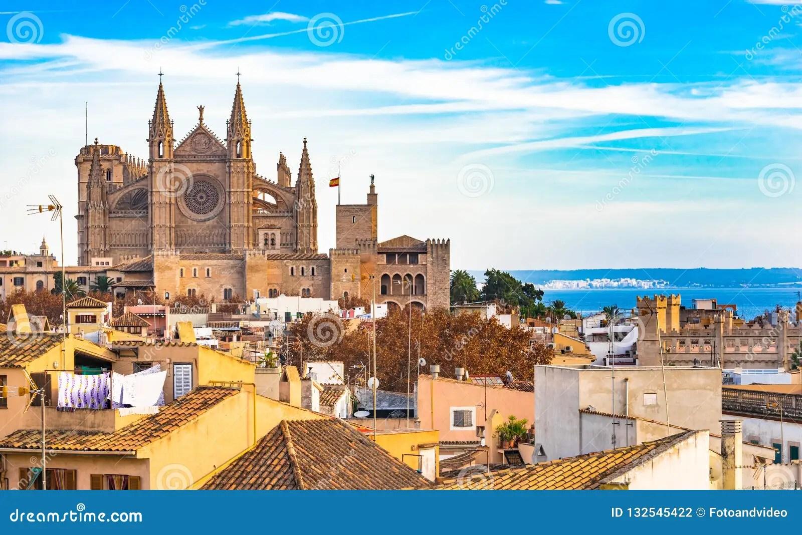 https de dreamstime com spanien alte stadt von palma de majorca mit ansicht der kathedrale image132545422