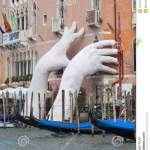 Stutzen Sie Skulptur Durch Lorenzo Quinn Der Zwei Riesige Hande Setzt Die Vom Grand Canal Wasser Venedig Italien Hervorstehe Redaktionelles Stockbild Bild Von Riesige Wasser 101797224