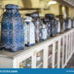 Vase Im Orientalischen Stil Mit Aufwandig Verziertem Dekor Steht Auf Einem Hellen Holzablageregal In Einer Reihe Von Vintage Ve Stockfoto Bild Von Leuchte Getrennt 167516822