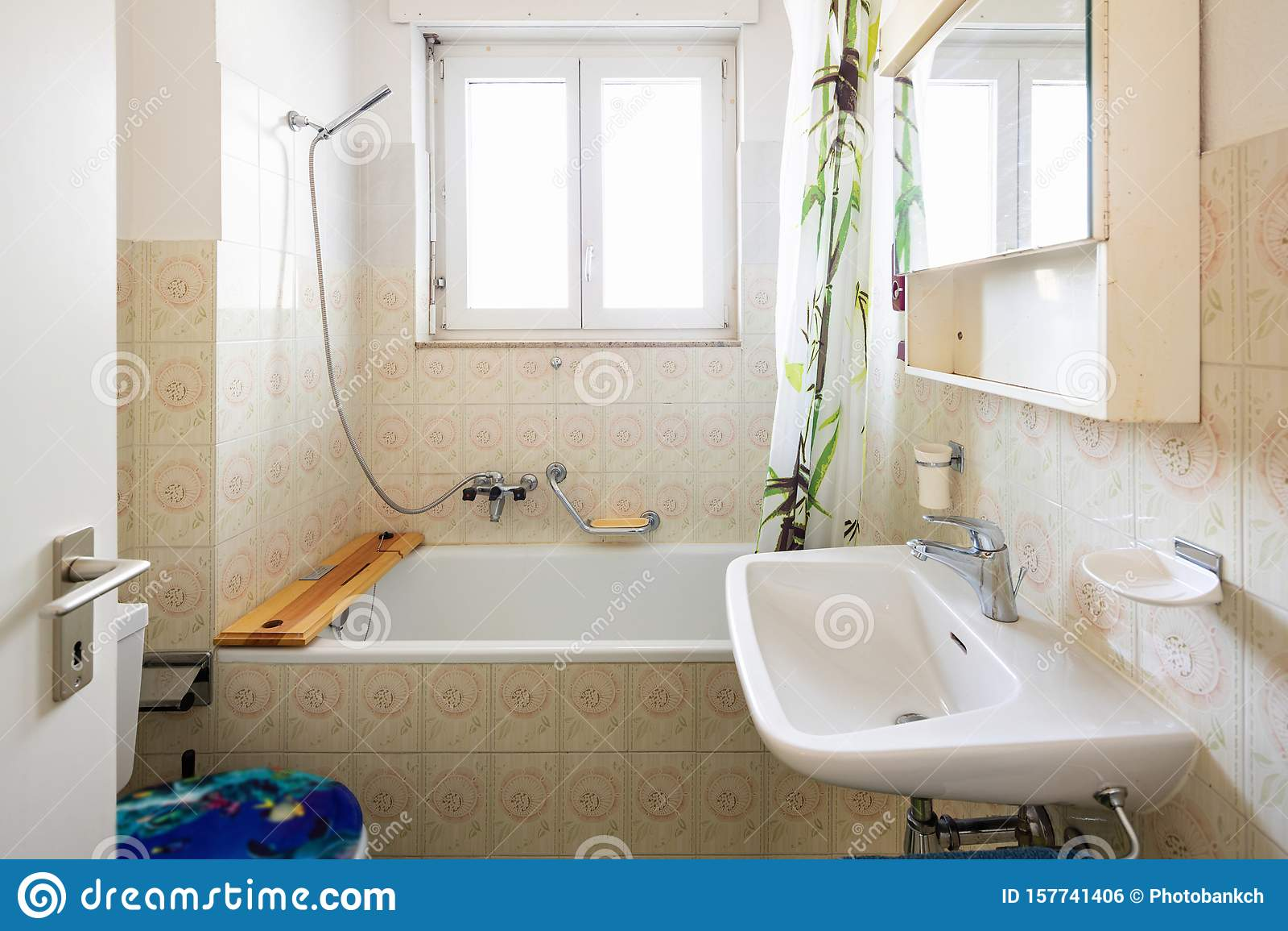 https www dreamstime com vintage bathroom green tiles window vintage bathroom green tiles window nobody inside window image157741406