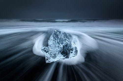 Ijs op het zwarte lava strand in Ijsland