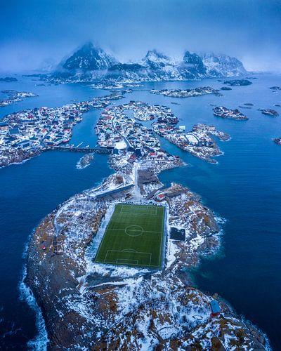 Het visserdorpje Henningsvaer met het bekende voetbalveld