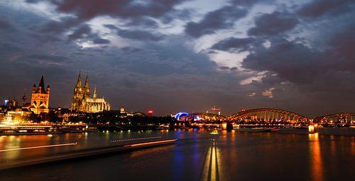 De Dom van Keulen in de avond