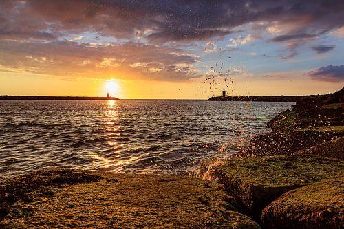 Havenhoofd Scheveningen tijdens de zonsondergang