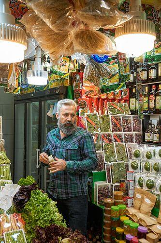 Een Iraanse man in zijn winkel in Teheran...