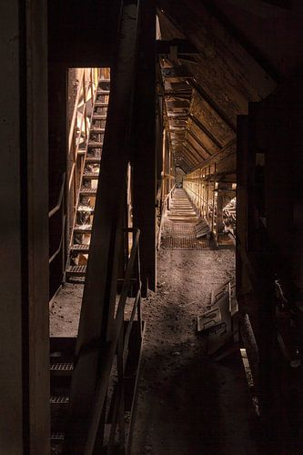 smalle gang in verlaten fabriek