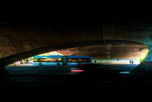 Bus verkeer door een viaduct in Arnhem
