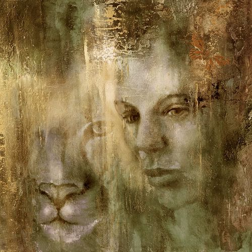 Gemeinsam: Eine Frau und ein Löwe im goldenen Licht