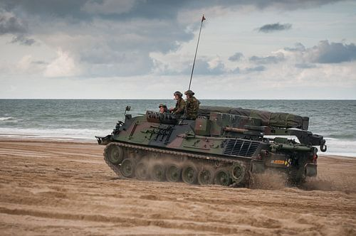 Tank op strand scheveningen