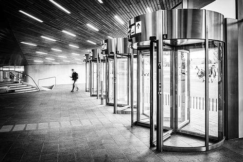Draaideuren in het centraal station van Arnhem in het zwart wit