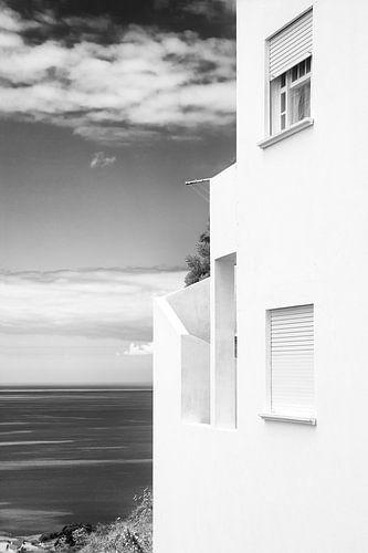 Witte huis met uitzicht op de oceaan