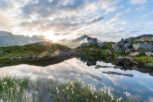 Spiegelend bergmeer
