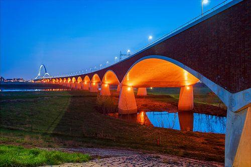 Stadsbrug De oversteek, Nijmegen in het blauwe uur.