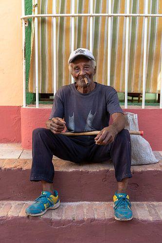 Man die een sigaar rookt in Cuba