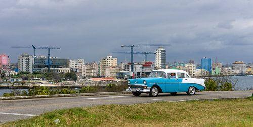 Cuba, Havana Skyline met oldtimer ervoor