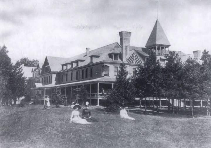 Bay Port Hotel Front Lawn
