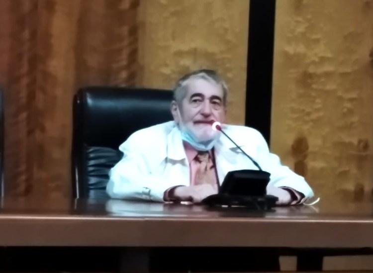 El director del Instituto Cervantes en El Cairo, Javier Sierra ofreciendo sus palabras de bienvenida a la conferencia