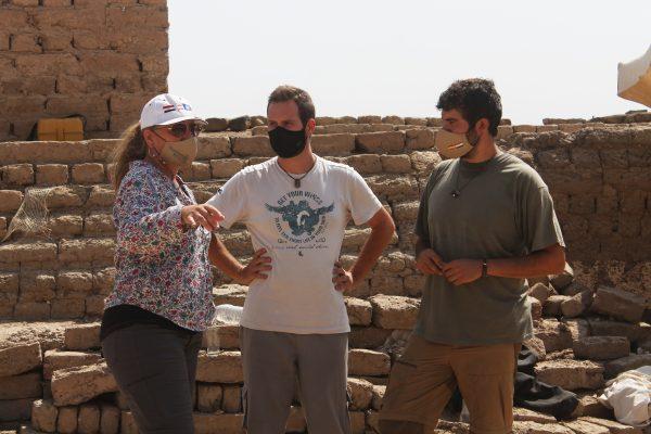 Myriam Seco con los arqueólogos José Luis Ramos y Antonio Luis Martínez en el yacimiento en la 13ª Campaña 2020 de Tutmosis III