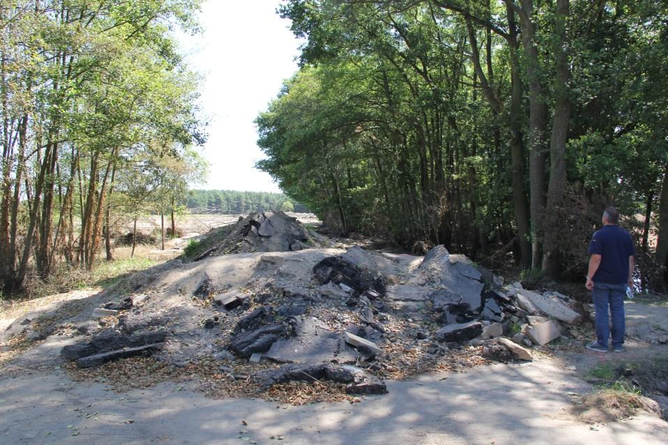 Zerstörte Straße im Überflutungsgebiet