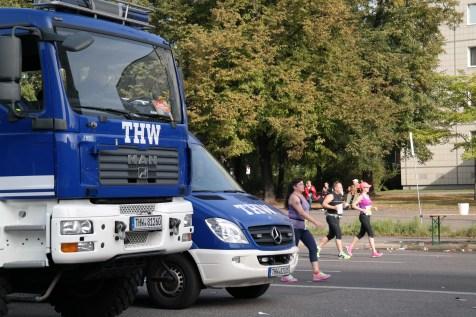 THW-Fahrzeuge vor der Laufstrecke