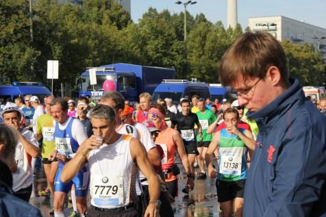 Die Läuferinnen und Läufer sind dankbar für die Erfrischung