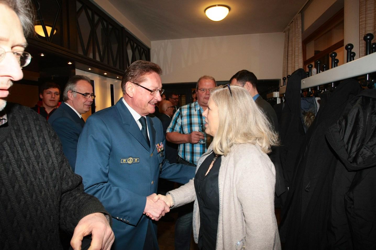 Der THW-Landesbeauftragte Manfred Metzger begrüßt Bezirksstadträtin Christa Markl-Vieto.