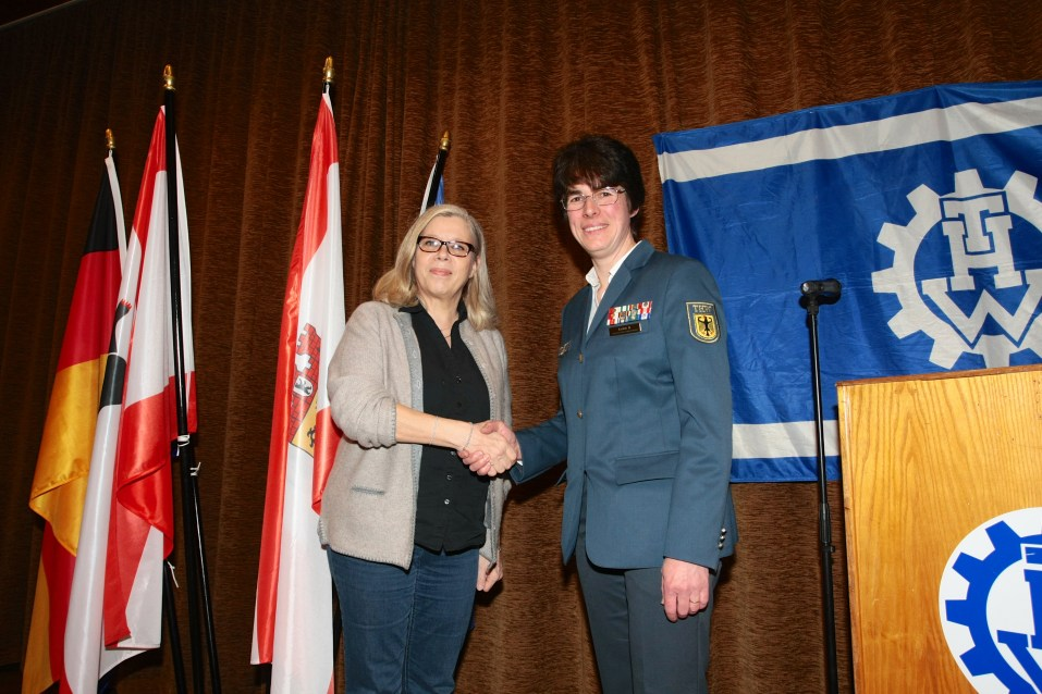 Bezirksstadträtin Christa Markl-Vieto wird von Hedwig Karkut begrüßt.