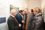 Auch der Bezirksverordnetenvorsteher René Rögner-Francke (Mitte) informierte sich über die Ausstellung. Foto: THW/Jan Holste