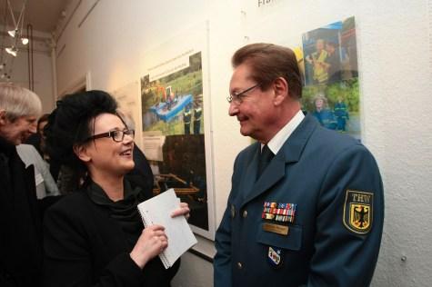Gabriele Schuster vom Heimatmuseum Steglitz im Gespräch mit THW-Landesbeauftragtem Manfred Metzger. Foto: THW/Jan Holste