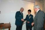 THW-Präsident Albrecht Broemme (links) und Bezirksbürgermeister Norbert Kopp (rechts) gratulieren Hedwig Karkut.